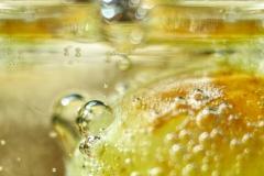 Sprudelbläschen im Wasserglas